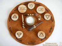 Reise-Altar Wicca mit Elementsymbolen auf Lederbeutel