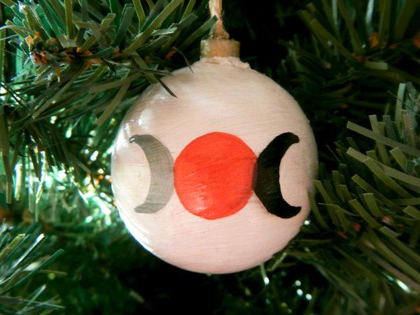 """Weihnachtskugel """"Dreifacher Mond"""" am Tannenbaum (Abb. ähnlich & ohne Dekoration)"""
