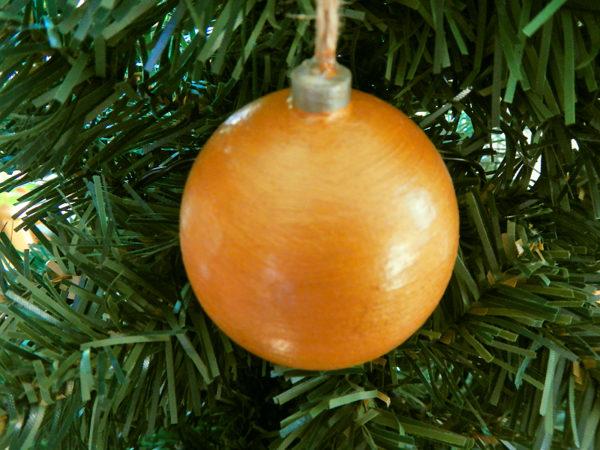 """Weihnachtskugel """"Klassisch"""" - Gold am Tannenbaum (Abb. ähnlich & ohne Dekoration)"""