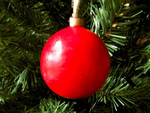 """Weihnachtskugel """"Klassisch"""" - Rot am Tannenbaum (Abb. ähnlich & ohne Dekoration)"""