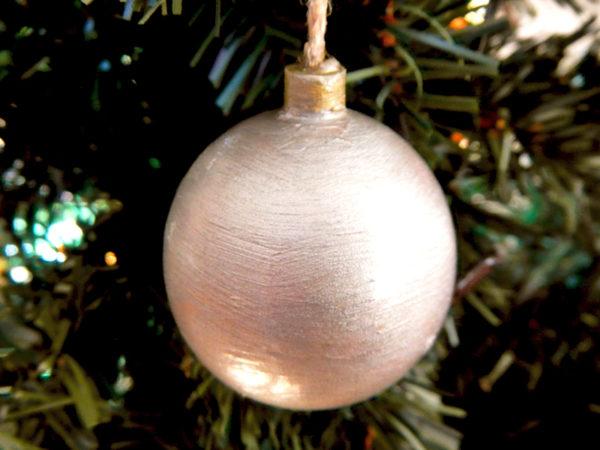 """Weihnachtskugel """"Klassisch"""" - Silber am Tannenbaum (Abb. ähnlich & ohne Dekoration)"""