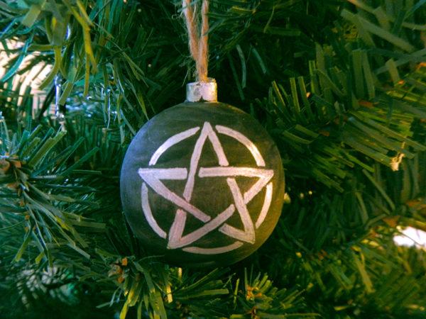 """Weihnachtskugel """"Pentakel"""" am Tannenbaum (Abb. ähnlich & ohne Dekoration)"""