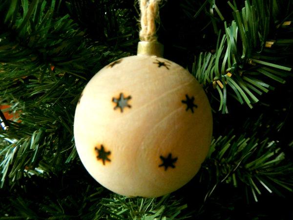 """Weihnachtskugel """"Schneeflocken"""" am Tannenbaum (Abb. ähnlich & ohne Dekoration)"""