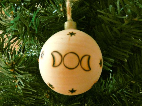 """Weihnachtskugel """"Schneemond"""" am Tannenbaum (Abb. ähnlich & ohne Dekoration)"""