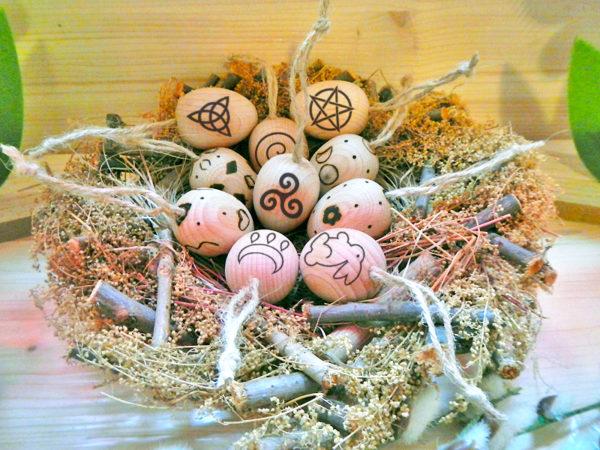 Ostara Eier im Nest (Abb. ähnlich & ohne Dekoration)