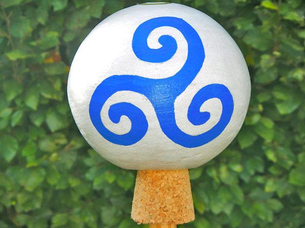 """Gartenkugel """"Triskele"""" Blau (Abb. ähnlich)"""