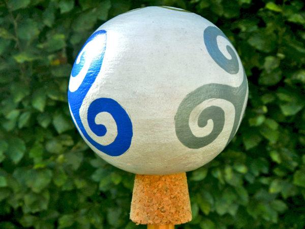 """Gartenkugel """"Triskele"""" Blau zu Silber (Abb. ähnlich)"""