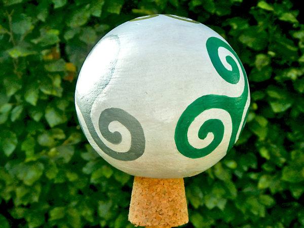 "Gartenkugel ""Triskele"" Silber zu Grün (Abb. ähnlich)"